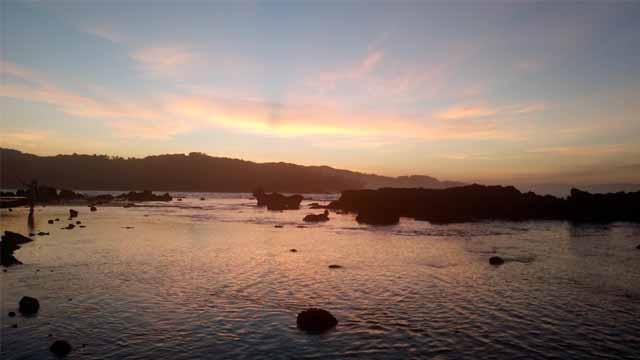 Langit Matahari Terbaru di Pantai Karang Beureum